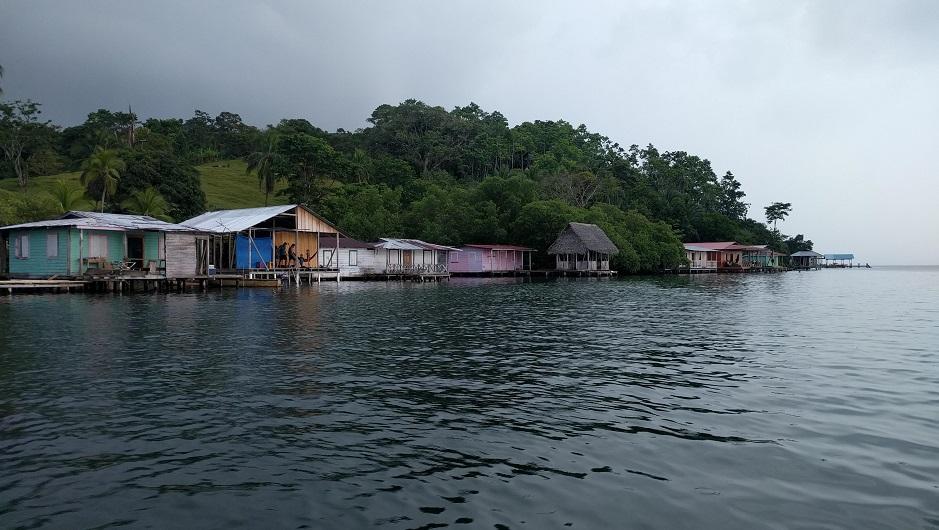 Casas de familias de pescadores en Bocas del Toro, Panamá
