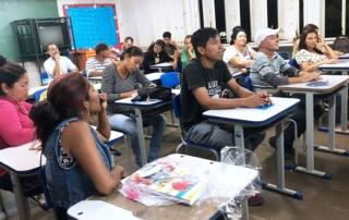 Un grupo de inmigrantes venezolanos toma clases de portugués con un donatario de la IAF en Brasil.