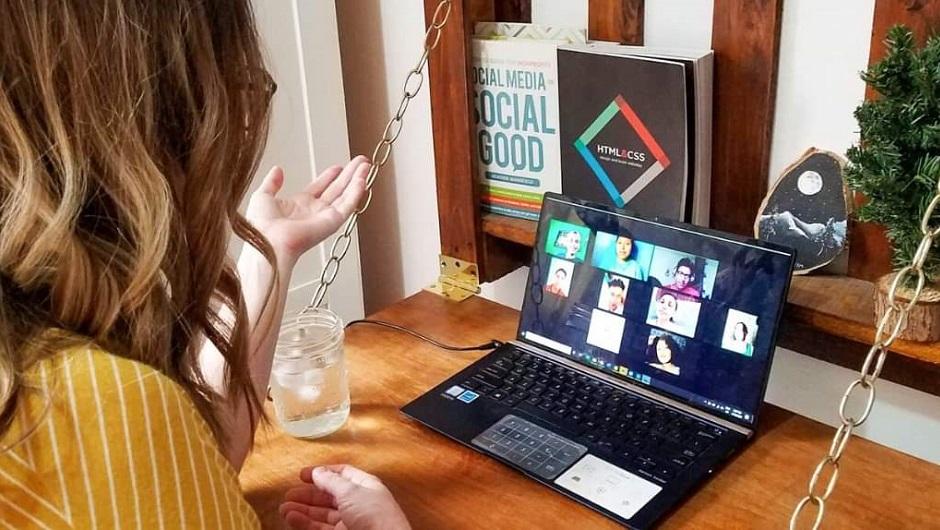 Una muchacha habla por Zoom con otros jóvenes.